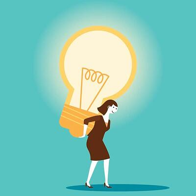 mulher carregando lâmpada