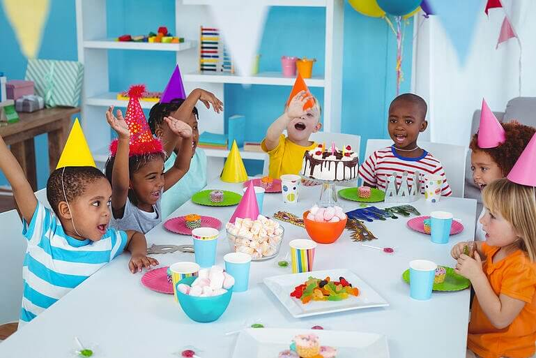 Crianças bem novas em uma festa de aniversário