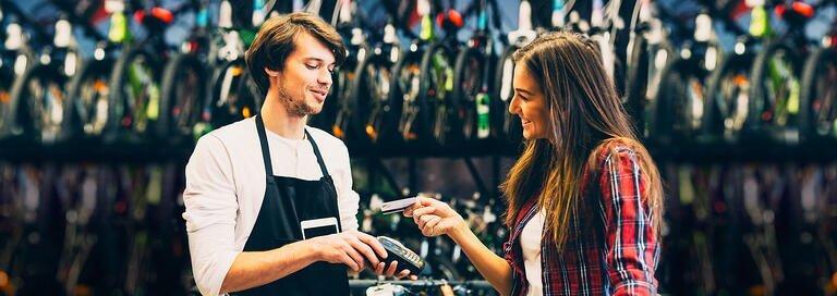 mulher pagando uma compra em uma pequena empresa