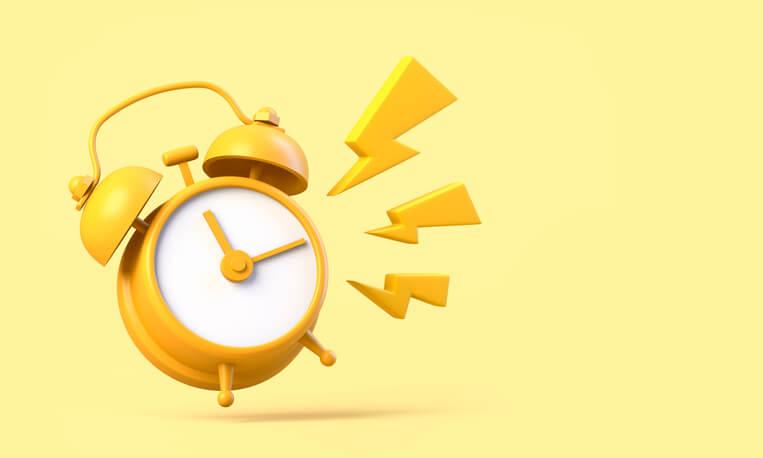 relógio amarelo tocando