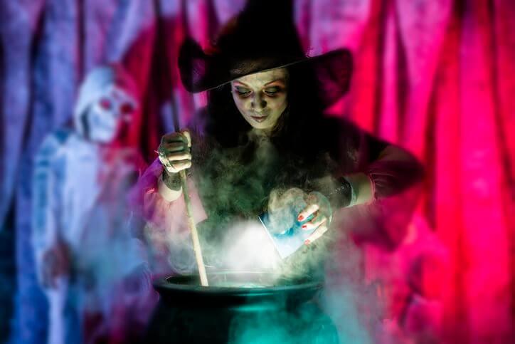 bruxa juntando tudo no caldeirão