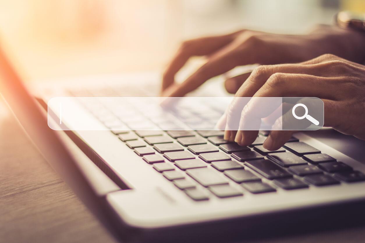 Digitando no teclado para pesquisar
