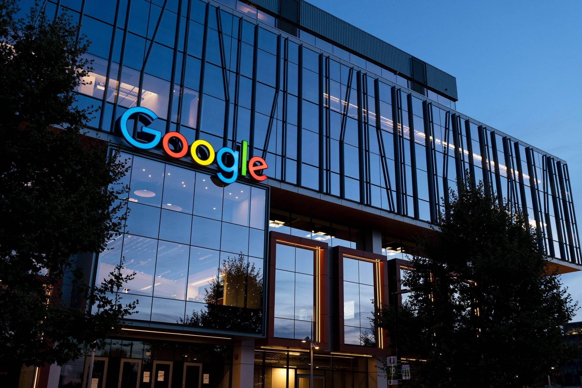 prédio do google ao anoitecer