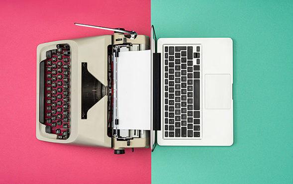 imagem com fundo verde e rosa, dividida entre uma máquina de escrever e um computador.