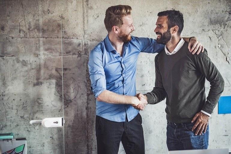 pessoas felizes em uma agência de marketing digital